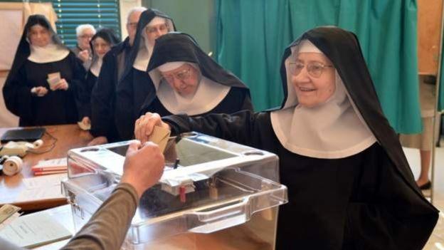 Các tu sĩ xếp hàng bỏ phiếu