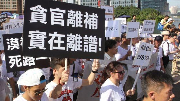 """澳门5.27包围立法会示威中民众举起""""反离补""""标语牌(27/5/2014)"""