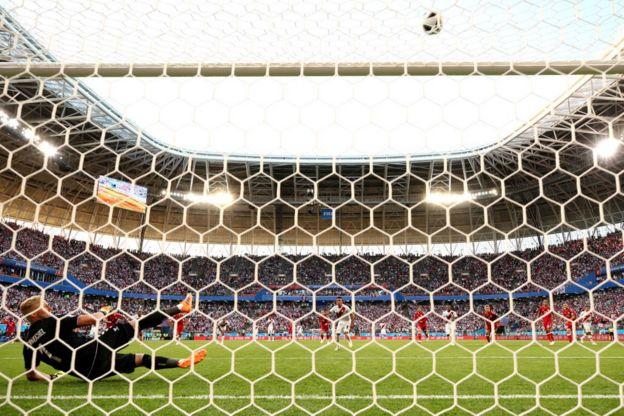 El balón se va por encima del travesaño en un penalti que condicionó la participación de Perú en el Mundial de Rusia 2018.