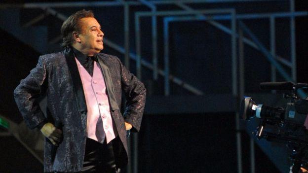 """""""Un pájaro enjaulado canta porque quieren que lo saquen, no por gusto"""", decía Juan Gabriel."""