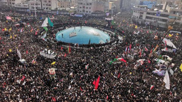 Multidões lotaram as ruas de Teerã para o funeral de Qasem Soleimani