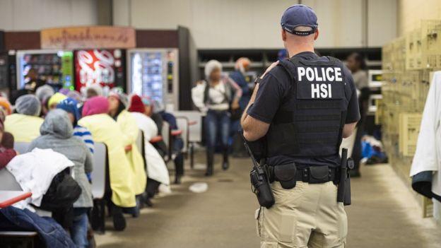 Policía en la redada en Misisipi