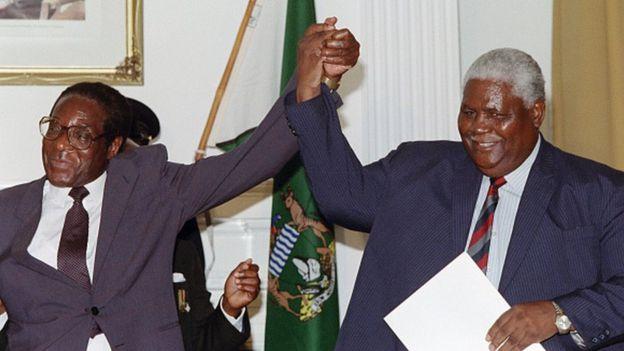 Robert Mugabe (izquierda) y Joshua Nkomo en 1987.
