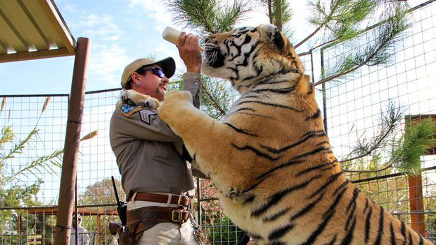 Joe Exotic con un tigre