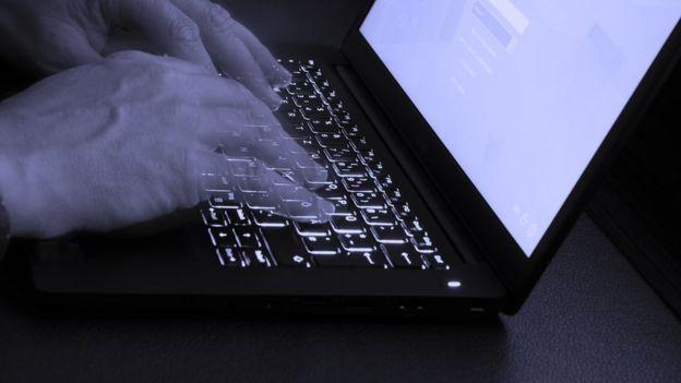 Manos en un teclado de computadora.