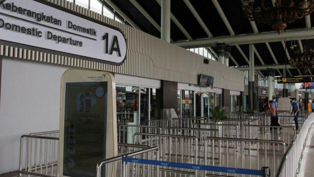 Suasana lengang di Terminal 1 A Bandara Soekarno Hatta, Tangerang, Banten, Jumat (27/03).