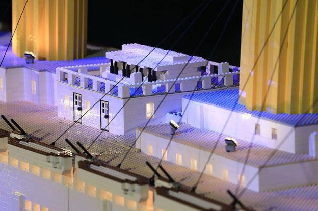 Luzes e figuras de Lego alinham o deck da réplica do navio