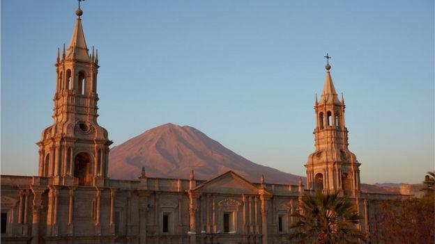 La catedral de Arequipa con el volcán Misti.