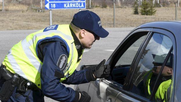 Policía finlandés habla con un conductor.