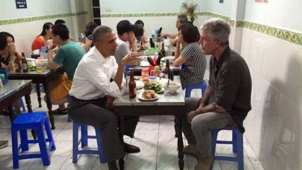 Cựu Tổng thống Barack Obama ngồi ăn bún chả với ông Anthony Bourdain tại một nhà hàng ở Hà Nội hồi tháng 5/2016.