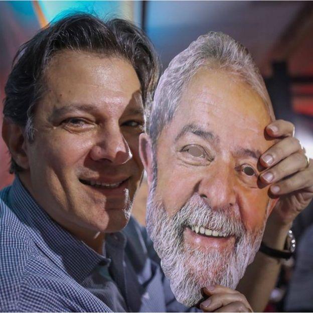 Haddad com máscara de Lula