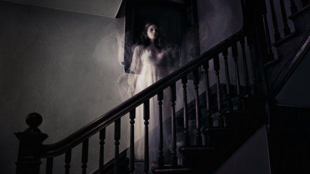fantasma de uma mulher em uma escada