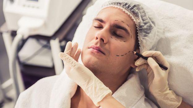 Homem se prepara para cirurgia plástica