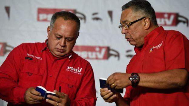 Diosdado Cabello y otro chavista.