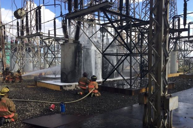La Autoridad de Energía Eléctrica repara equipos de transmisión eléctrica.