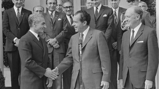 شاه در کنار ریچارد نیکسون، رئیسجمهوری وقت آمریکا. نزدیکی شاه و نیکسون فراتر از رابطه دوستانه دو کشور به دو عنوان یک رابطه دوستانه شخصی نیز نظر برخی مورخین را جلب کرده