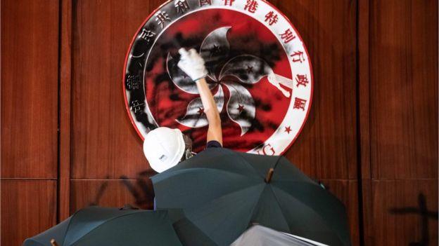香港示威者闯入立法会,涂污区徽。