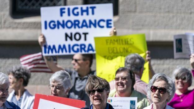 Protesta en Pensilvania en contra de las medidas impulsadas por el fiscal general en contra de la inmigración ilegal.