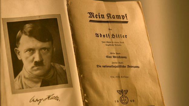Cópia de Mein Kampf assinada pelo próprio Hitler