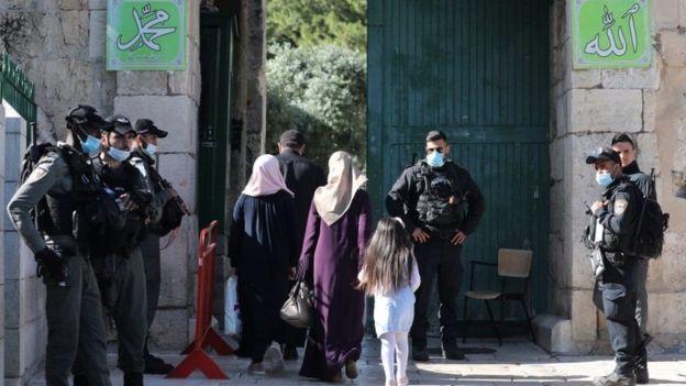 Boolis hor tuban albaabada masaajidka Al-Aqsaa midkood
