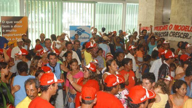 Manifestantes do Movimento de Libertação dos Sem Terra - MLST invadem o prédio do Ministério da Fazenda em 2005