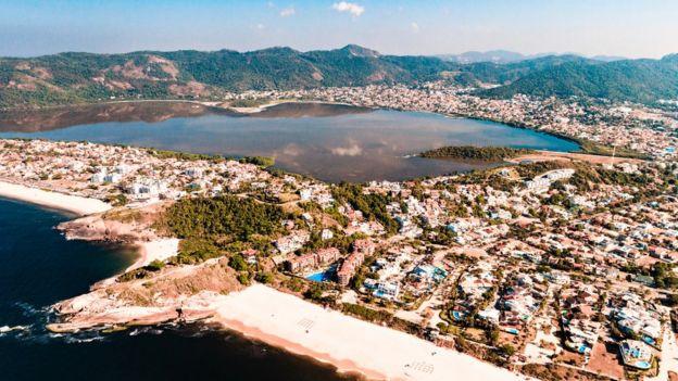Praia, lagoa e áreas de mata em visão aérea de Niterói