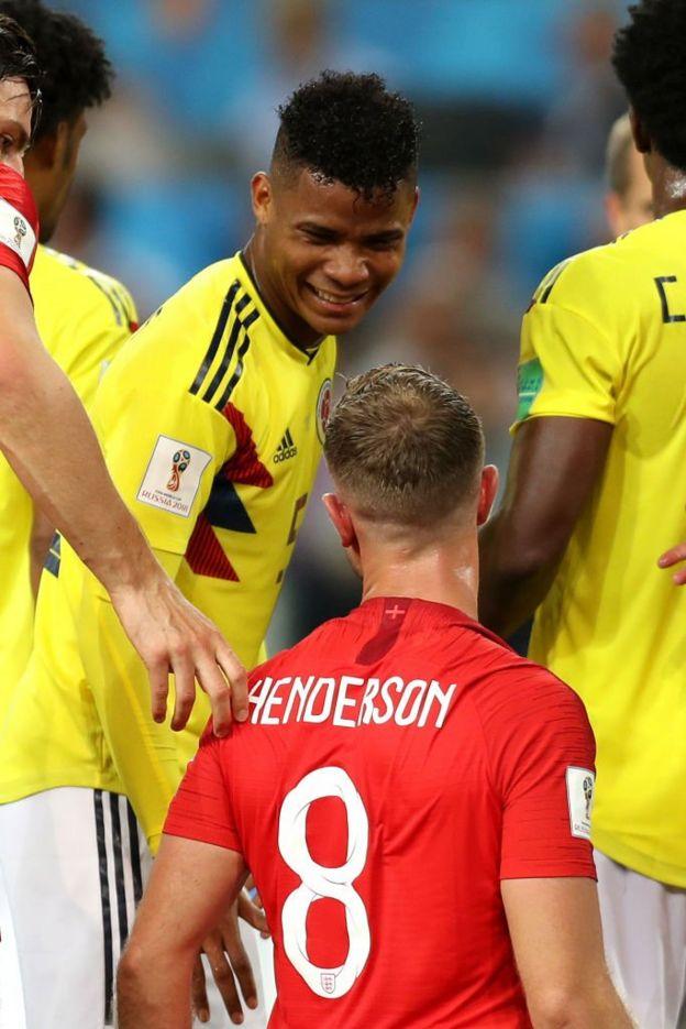 Barrios y Henderson. Pudo ser expulsado el mediocampista colombiano por una cabezazo en el pecho al inglés, pero le mostraron solo la amarilla.