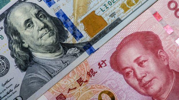 Imagem de cédulas das moedas dos EUA e da China