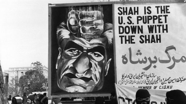 """در جریان انقلاب و تبلیغات سیاسی بعد از آن، آنچه """"وابستگی شاه به غرب و آمریکا"""" توصیف میشد، جایی ویژه در شعارهای انقلابیون داشته"""