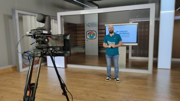 Professor Rodrigo Baglini prepara vídeo aula no Centro de Mídias