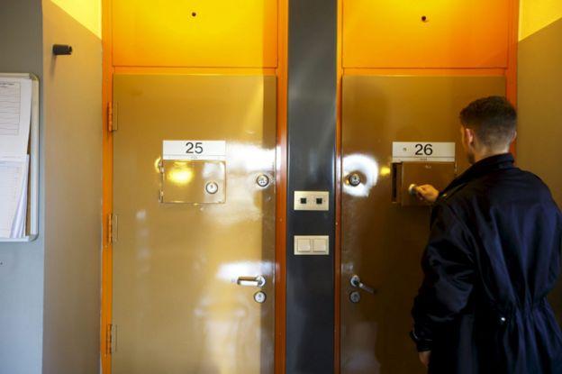 Anders Breivik: Just how cushy are Norwegian prisons? - BBC News