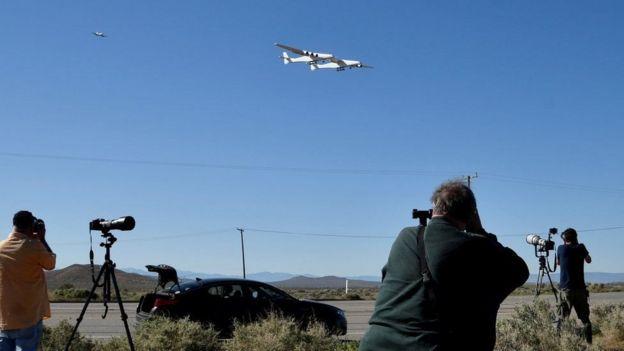 stratolaunch اكبر طائره في العالم تحلق في سماء كاليفورنيا  _106445231_7edbaa4e-0452-4ad0-92db-d2f4cb48cf06