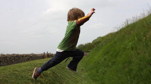 Un niño saltando al aire libre