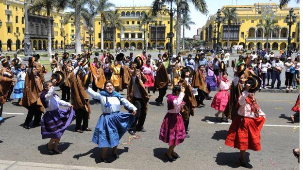 Desfile tradicional en Lima, Perú.
