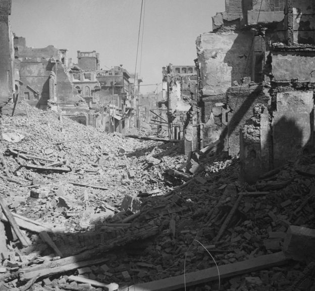 1947年3月,阿姆利則市要求該市加入巴基斯坦的穆斯林和要求該市加入印度的印度和錫克教徒發生嚴重的暴力衝突,城市很多地方成為斷垣殘壁