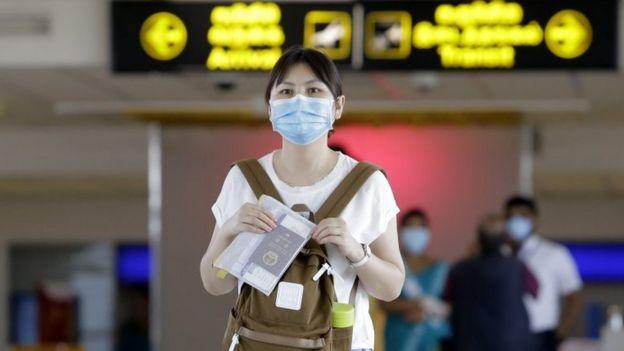 Mulher com máscara em aeroporto no Sri Lanka