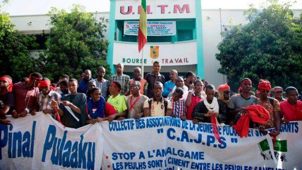 Une marche de protestation des jeunes de la communauté peule, en mars 2018 à Bamako, contre les violences dont ils disent être victimes dans le centre du pays.