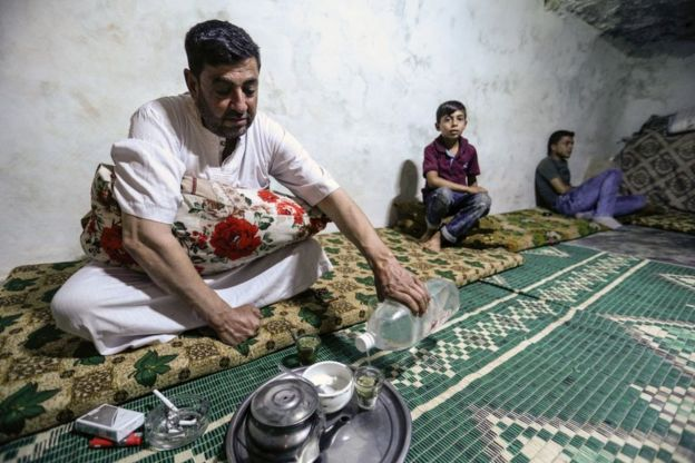 Hombre en Siria tomando mate.