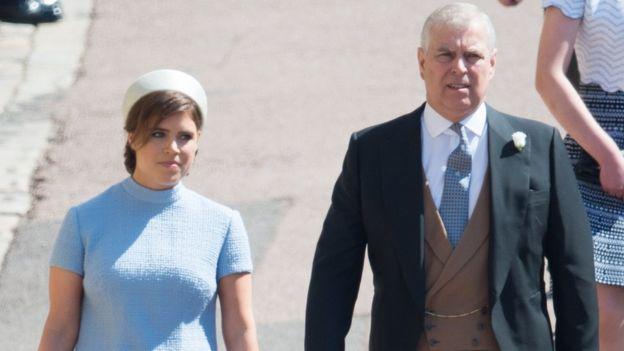الأميرة يوجيني مع والدها الأمير أندرو خلال الزفاف الملكي في شهر مايو/أيار الماضي