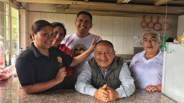 Carlos Sánchez, junto a su familia. (Foto: Eliot Stein)