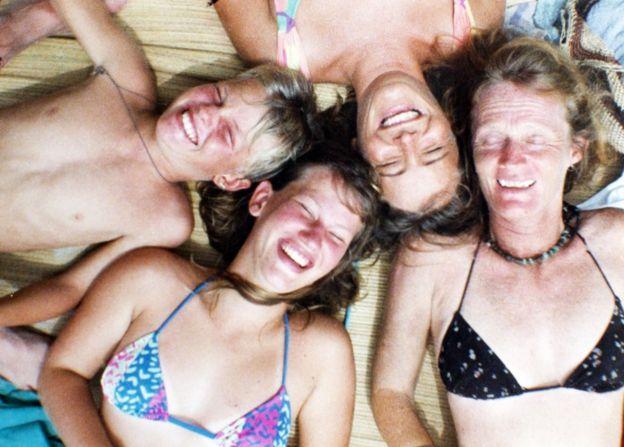 Valerie Meikle (a la derecha, rodeada de tres de sus hijos) cree que de lo único que se puede hacer responsable es de haber vivido su vida. BBC Mundo