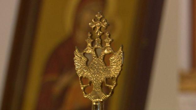 Двуглавый орел на фоне иконы