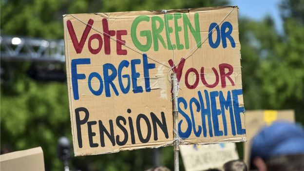 """Cartaz com a frase em inglês: """"vote Green or forget your pension scheme"""""""