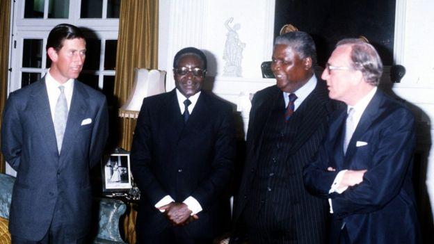 Mugabe yabaye umutegetsi umwe rukumbi Zimbabwe yagize kuva yabona ubwigenge. Hano agaragara (uwa kabiri uvuye ibumoso) mu kwezi kwa gatatu mu 1980, ari kumwe n'igikomangoma cya Wales (ibumoso) ndetse na Joshua Nkoma, umukuru w'ishyaka Zimbabwe African People's Union (Zapu), n'umunyamabanga w'ububanyi n'amahanga w'Ubwongereza, Lord Carrington, bari mu biro bya leta by'ahitwaga Salisbury (ubu ni umurwa mukuru Harare)