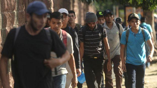 Migrantes Salvadoreños dirigiéndose a la caravana que planea llegar a Estados Unidos.