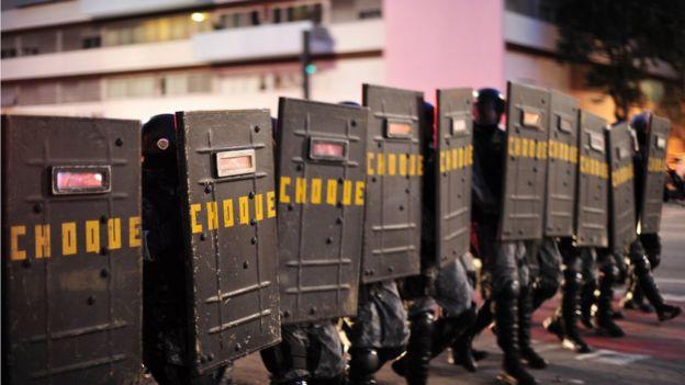 Policiais da Tropa de Choque com escudos