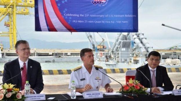 Đại sứ Mỹ Daniel Kritenbrink và Đô đốc John C. Aquilino, Tư lệnh Hạm đội Thái Bình Dương Hoa Kỳ tham gia buổi thăm của tàu sân bay USS Theodore Roosevelt tại Đà Nẵng hôm 5/3.