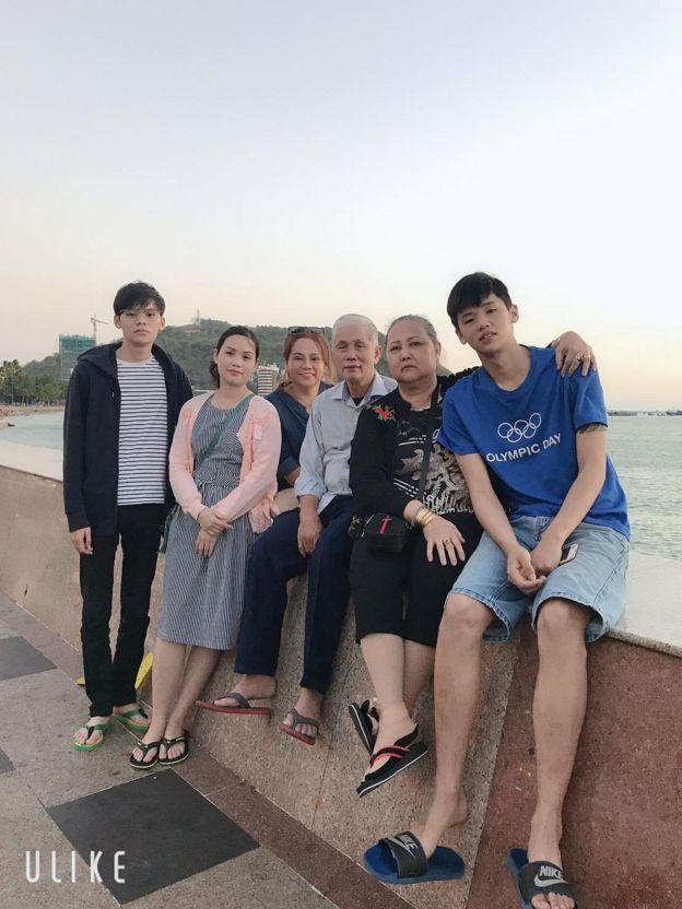 Chị Vũ Thị Ngọc bên gia đình trong một lần về thăm nhà