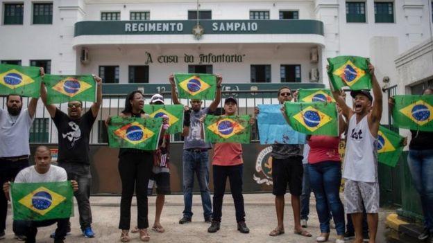 Protesto contra a morte de Evaldo dos Santos Rosa e Luciano Macedo em fremnte a quartel do Exército no RJ