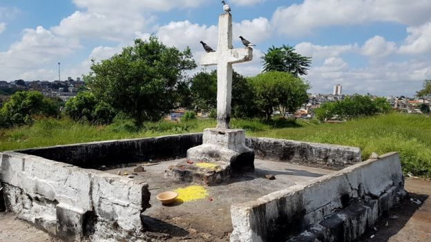 Crucifijo instalado en el cementerio.